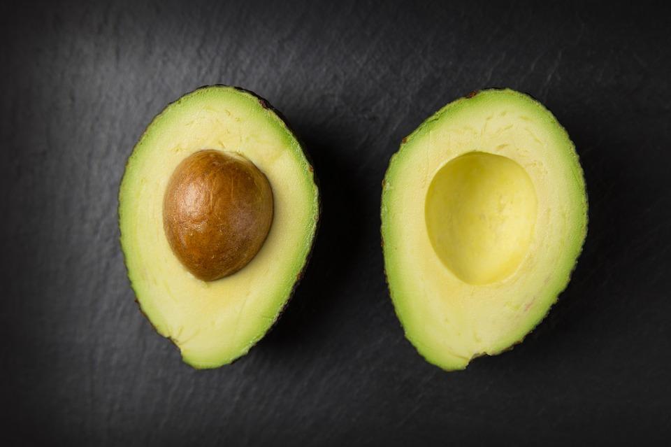 avocado halbiert mit rostbraunen Avocadokern
